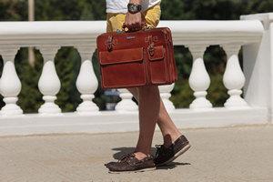 С какой одеждой сочетать разные мужские сумки